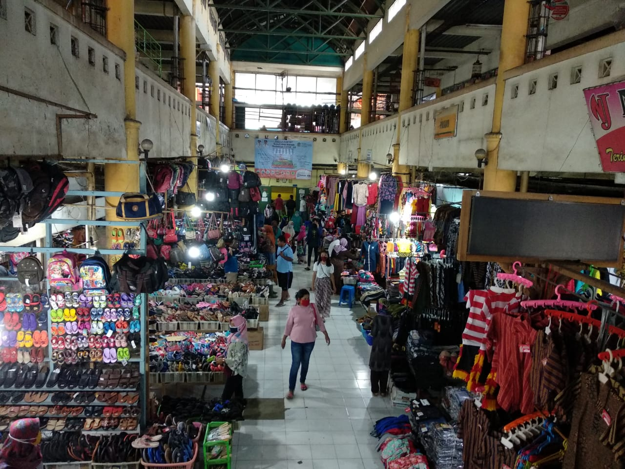 Diawasi Sat Pol PP, Pasar Tradisional Diperbolehkan Buka Selama Pengetatan Kegiatan Masyarakat 157