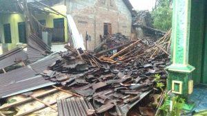 Cerita Siswanto yang Tertimpa Reruntuhan Rumah Saat Puting Beliung Terjang Kedungranti 186