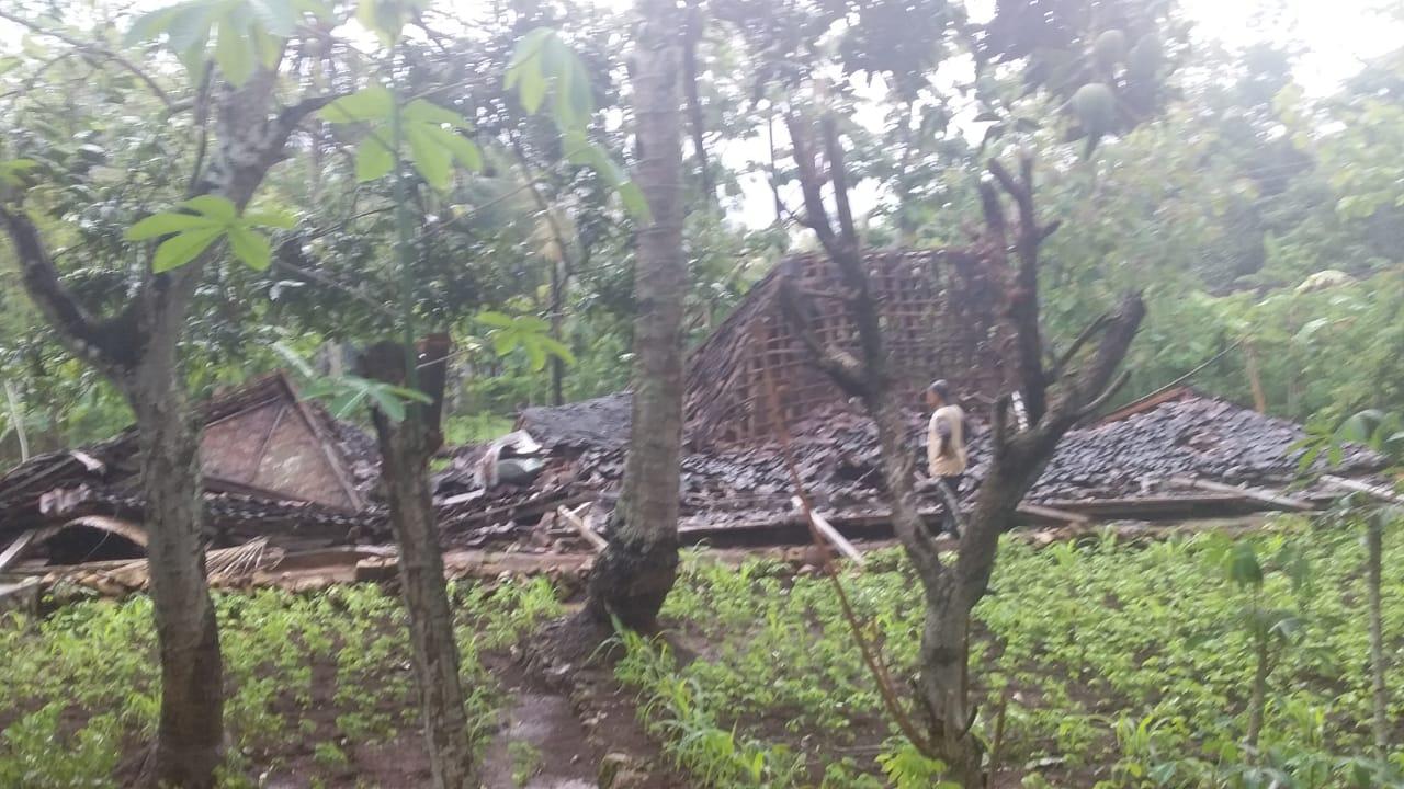 Diguyur Hujan Deras, Rumah di Piyaman Ambruk Rata dengan Tanah 157