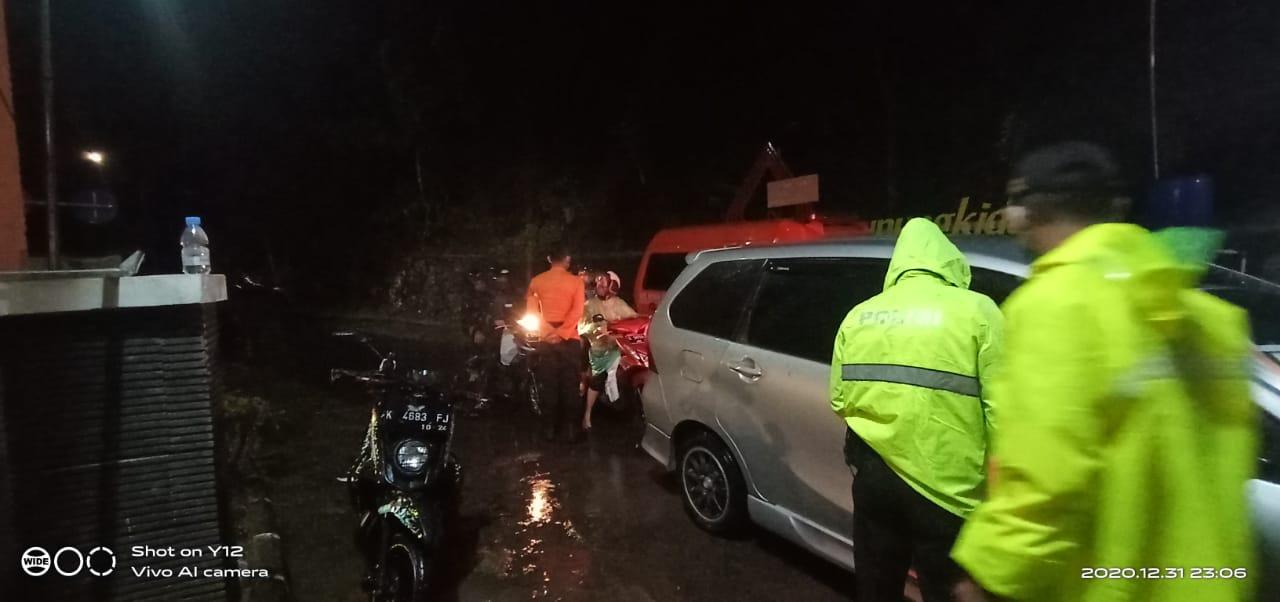 Cerita Malam Tahun Baru Anggota SAR, Berjaga di TPR saat Hujan untuk Halau Wisatawan 157