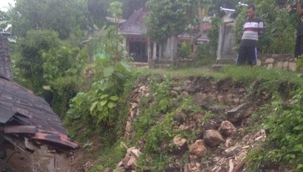 Hujan Sepanjang Sore Kemarin Sebabkan Longsor dan Pohon Tumbang 157