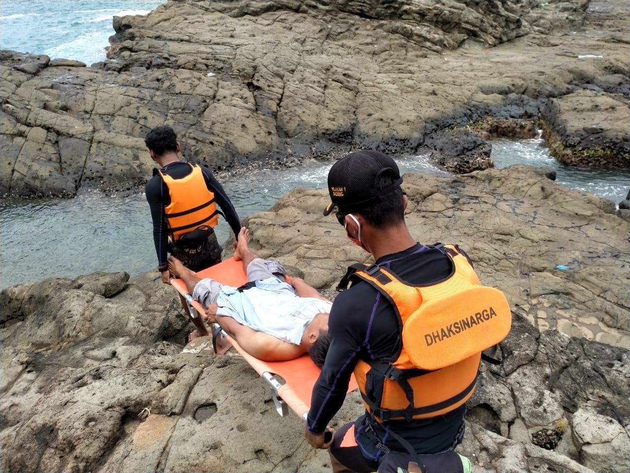 Terpeleset dan Terjebur ke Laut, Pemancing Ini Berhasil Lolos dari Maut 157